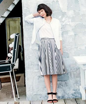シックなパターンのフレアスカート。他のアイテムは無地で統一して、メインのスカートを引き立てて。