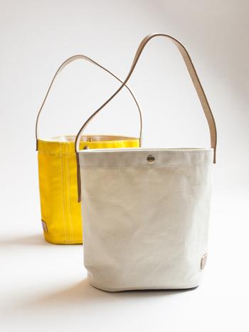 生成りも素敵ですが、ビビッドな黄色も素敵☆女子は、オフはもちろん、ウィークデイの通勤バッグとしても使えそうな雰囲気。