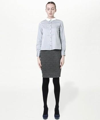 シャツ×タイトスカートは、きっちりコーデの大定番。全体のカラーに濃淡をつけてメリハリをつけて。