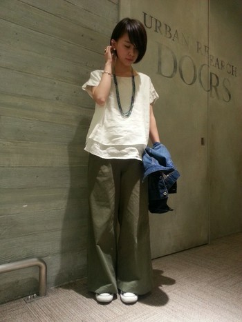 女性らしいブラウスにワイドパンツを合わせてみると、いつもとは違った意外性のある着こなしを楽しめますよ。