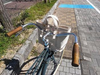 トートバッグのカスタム。自転車のハンドルに取り付けられるようにDカンの小さなベルトをつけてもらっています。こんな風にも活用できるとは感動です!さすが自転車専門店。目の付け所がちがいます☆  デタッチャブルバッグ(ハンドルトートバッグ) サイズ:230×250×100(mm) カラー注文も可能
