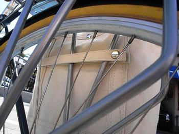 固定ストラップでしっかり自転車に固定できます。  Dトート・パニア サイズ:320×250×140(mm) カラー注文も可能