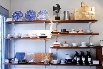店主の池田さんが、自ら北欧へ飛び、ヴィンテージアイテムや日用品・雑貨を買い付けてきた店内には、ずっと探していた器やカップなどがずらり。