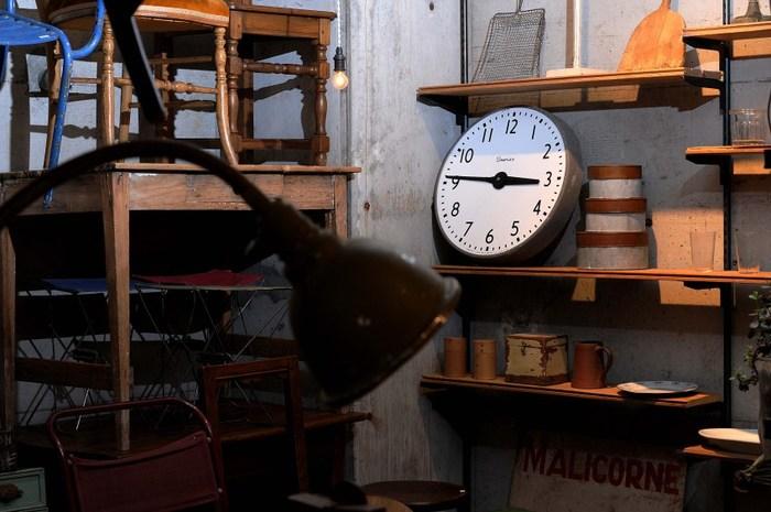2014年に吉祥寺にオープンした、「Vada antiques」。 ヨーロッパから買い付けてきたアンティーク家具を初め、味のある古道具やオリジナルの蜜蝋ワックスなどを販売し、古道具のファンが注目しているお店です。