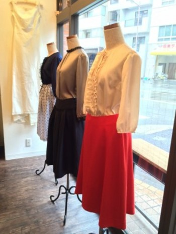 また、店内では、アトリエの展示会や試着会なども開催。 こちらは、金沢のオーダーウェディングドレスのアトリエ『marie de RiRi』の洋服ラインの受注会のもの。 生地からセレクトできるから、世界で自分だけの洋服を作ってもらうことができます。