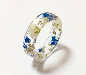 ブルーとホワイトの組み合わせが爽やかな、かすみ草のリングです。 キャンディのようなつやつやとした輝きが、手元に可憐さを演出します。