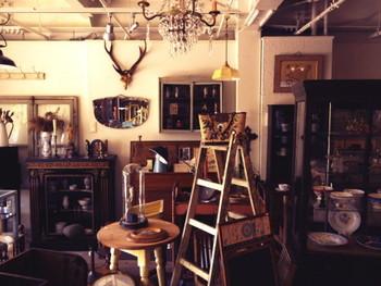 工房が併設された店内に並ぶ家具は、店主の今井さんによって、ひとつひとつバラバラに洗浄され、新しい部品に取り替えられたり、修理されながら、仕上がったもの。