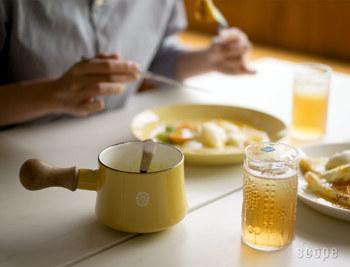 ソースを作ったら、スプーンを添えて食卓に並べても素敵ですね。明るい黄色が食卓を可愛らしく彩ってくれます。