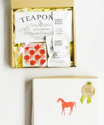 こちらはシュガークラフトと紅茶のギフトボックス。アールグレイの紅茶に、カーネーションを型どったお砂糖を浮かべて♡