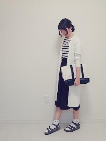 白いロングカーデで、白の割合が倍増。難しい丈のスカートも、軽やかに着こなせますね。