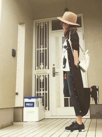 黒いロングカーデは、一年中大活躍してくれます。どんなスタイルにも似合うので、着まわしが出来て嬉しいアイテムです。
