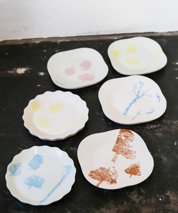 """Taffy / Satoko Sai + Tomoko Kurahara"" 2人組のアーティストによる、木をテーマにして作られたミニプレート。食器として使っても、アクセサリーを置いたり、ソープディッシュとしても使えるかわいらしさ。"