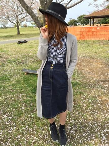 コーディネートが難しいジーンズスカート。ロングカーデを羽織ると、子供っぽさが抜けて◎