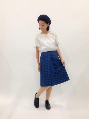レトロ感漂う台形スカートが個性的な着こなしに導いてくれます。ベレー帽とマニッシュシューズでこなれ感をプラスしていますね。