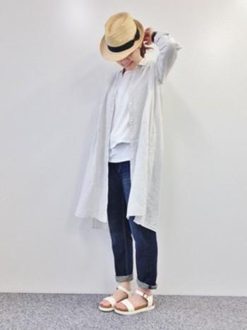 ホワイトシャツ×ネイビーデニムパンツの定番コーデながら、小技の効いた着こなしが◎です♪ロングタイプのシャツ&ロールアップしたデニムで旬のバランスを楽しんでみては?
