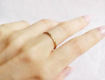 金色の糸で編んだような美しいリング。指先を女性らしく惹き立ててくれます。