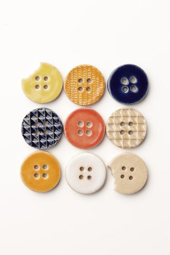かじられたボタンや、m柄、さんかく柄などさまざまなボタンモチーフ。たくさん集めてつけたいですね。