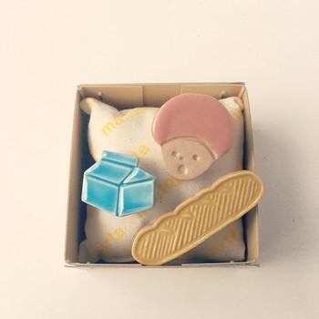 牛乳パックとフランスパンとマッシュちゃん。maitopartaのブローチは重ね付けしたくなるようなものばかり。自分が思う物語を胸元やバッグ、帽子に描いてみましょう。