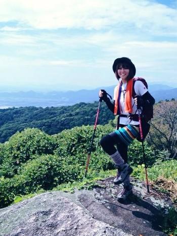 トレッキングポールは女性にとって強い味方。体を支えて重心を安定させてくれるので、疲れにくく、安全に歩けます。