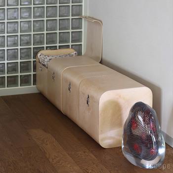 同じサイズをいくつか並べるとベンチにもなります。どんどん収納してしまえば、片づけ下手でモノがあふれていた部屋もすっきり。
