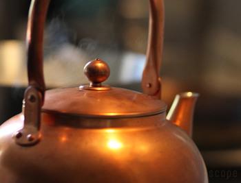 銅製の薬缶はとても軽い。 水を入れてお湯を沸かす際でも、鉄瓶のようにずっしり重たくないので扱いがとっても楽なんです。 日々の家事には重要ですよね。 640gです。