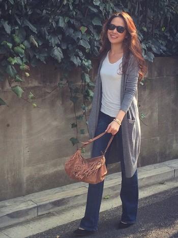 定番のジーンズスタイルも、ロングカーデがあると一気に今年風に。