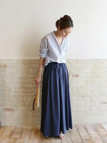 マキシ丈スカートを合わせるときには、胸元を大きく開けて女性らしさ&抜け感をプラスするのがオシャレポイントです!