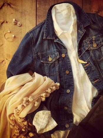 肌寒い日はGジャンをさらりと羽織ってレイヤードスタイルを楽しんでみては?柔らかな風合いのリネンシャツとGジャンのハードさのコントラストがクール!