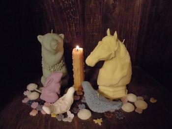 キャンドルの光が、夜を優しく包み込んでくれそうです。 動物たちがそっと秘密のおしゃべりをしているようですね。