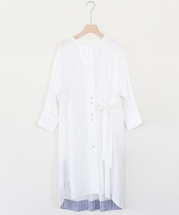"""""""ゆれる弧線 シャツワンピース / mudoca"""" 裾のストライプ柄、様々なデザインのボタン、左側のみに付いたリボンなど、細部にこだわりが見えるワンピース。これからの季節にぴったりですね。"""