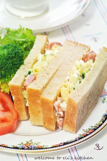 具だくさんのマカロニサラダはそのままサンドイッチに。マカロニとパンの食感の違いが、美味しさの秘密です。ベーコンのジューシーなコクが美味しさを際立ててくれています。