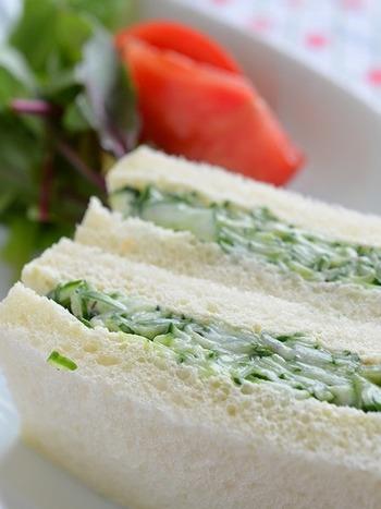 きゅうりのサンドイッチは、永遠の野菜サンド。適当にスライスしないで、丁寧にちょっと細かく切るだけで、いつものサンドがグレードアップ。ぜひお試しあれ。