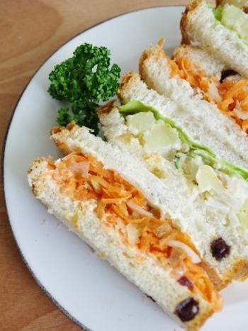 つくり置きメニューの定番、にんじんサラダもポテトサラダもレーズンパンで挟めばそれだけで特別なサンドイッチに。レーズンの甘みがいいアクセントにもなっています。