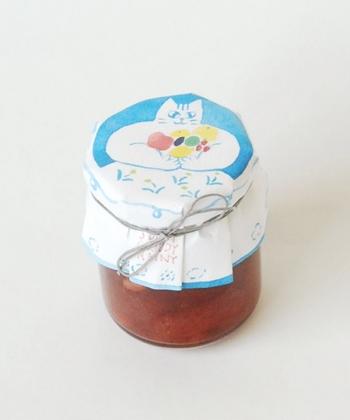 """""""苺とカシューナッツのジャム / torajam×SUNNY CLOUDY RAINY"""" 京都にあるちいさなジャム屋さんに秋山さんが惚れ込み、コラボレーションを依頼して制作したジャム。マスカルポーネチーズと合わせるととても美味しいとか。"""