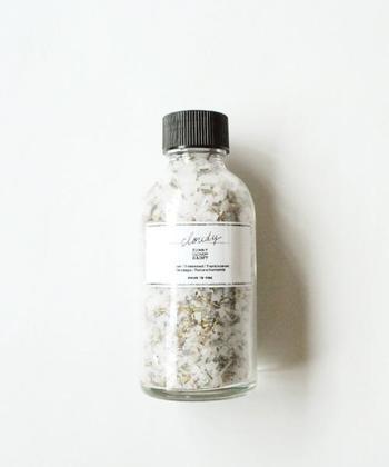 """""""bath salt / sous le nez×SUNNY CLOUDY RAINY"""" アロマスタイリストのスールネさんに依頼して作っていただいたというバスソルト。店名「SUNNY(晴れ)」「CLOUDY(曇り)」「RAINY(雨)」をイメージした、3つの香りがあります。"""