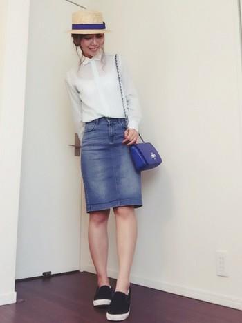 透け感のあるシャツをINして女性らしさをアップさせるとレディな印象に。膝丈のペンシルスカートで軽快な着こなしを楽しんで♪