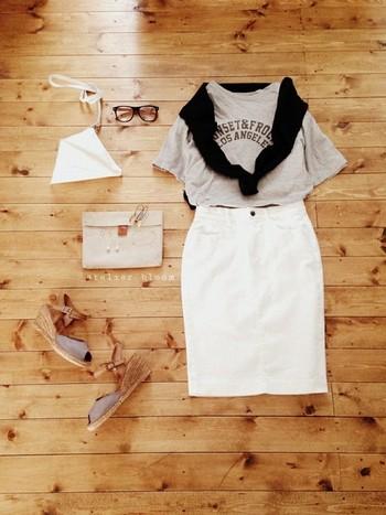 大人のマリンスタイルに最適なホワイトデニムスカート!淡い色合いで上品に仕上げれば、こなれた大人カジュアルスタイルに。