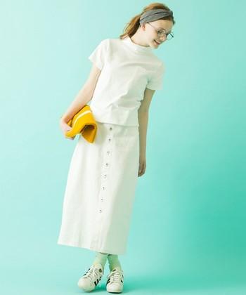 前ボタン&ロング丈で大人顔に仕上げたデニムスカート。コンパクトトップスに合わせればスタイルアップ効果抜群です。足元はトレンドライクなスニーカーで決まり♪