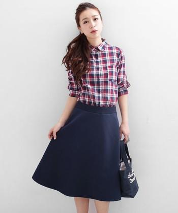 コンパクトなチェックシャツで女性らしいラインを意識して。柔らかな風合いのカットデニムは着心地も抜群です。