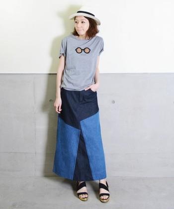 パッチワークで存在感抜群のデニムスカート。ほんのりレトロなデザインが今年らしい着こなしに導いてくれます。