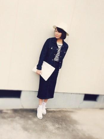 春のトレンドのデニムタイトスカート。人気継続中のミモレ丈を選べば大人女子にも取り入れやすいですね。
