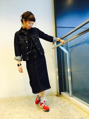 デニムONデニムの上級者スタイル!ロング丈ペンシルスカートでほんのりクラシカルな印象に仕上げています。
