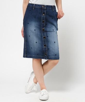 ドット柄の刺繍を施したこだわりの1着♪前ボタンデザインでほんのりレトロな印象に仕上げています。短すぎない膝丈なので大人女子も素足で取り入れやすいですね。