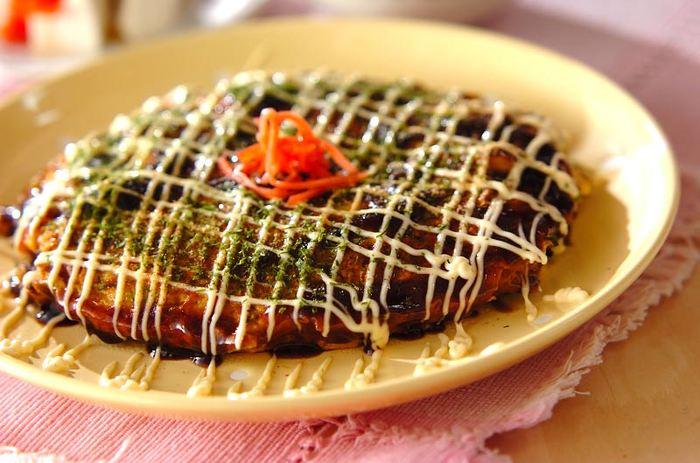まずは基本のお好み焼きから。小麦粉や卵、キャベツをベースに作ってみましょう♪こちらのレシピではお肉も魚介も入れて旨み凝縮でとっても美味しそう。山芋を使っていますが、大和芋や長芋でも代用できるのが嬉しいレシピです。