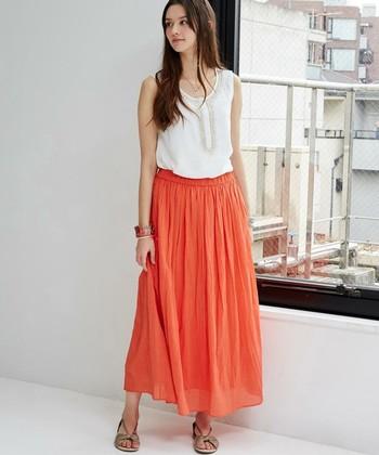 エスニックのトップスと涼しげな素材のスカートを合わせると、爽やかエスニックコーデに。