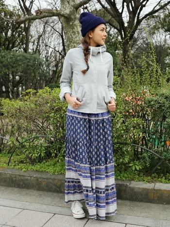 いつものカジュアルスタイルにエスニックスカートをプラス。 簡単にエスニックコーデの完成。