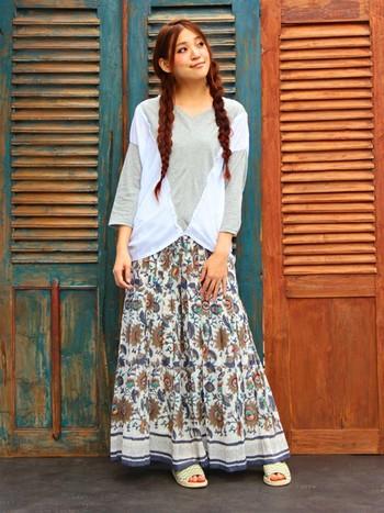 綿麻素材のスカートは軽やかなトップスを合わせてバランスよく。