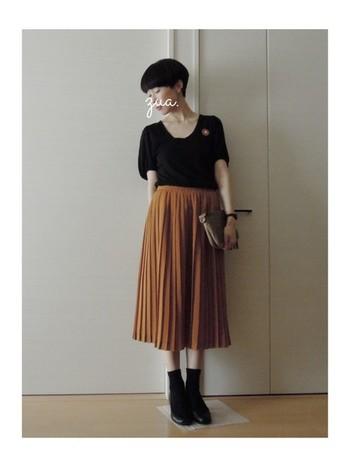 スカートを主役に、黒でひきしめました。