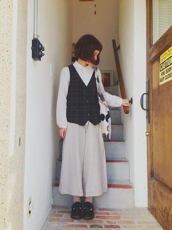 ロングスカートよりもカジュアルで動きやすいベージュのワイドパンツは、ほんのりマニッシュな着こなしにもぴったりですね。