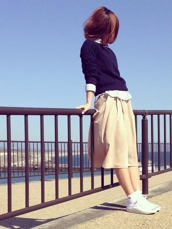 ネイビー&ベージュボトムスでグッドガール風に着こなした大人スポーティコーデ!絶妙な丈感で、女性らしくミモレ丈スカートのように着こなせるのが嬉しいですね。